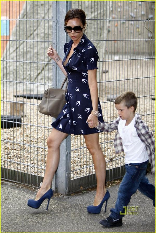 """Victoria Beckham """"ngậm ngùi"""" chia tay giày cao gót"""