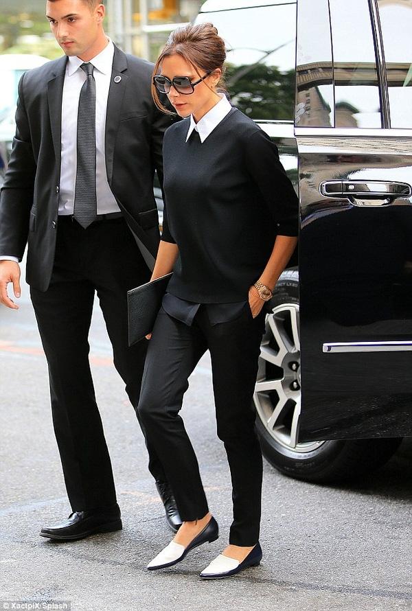 Mặc dù không còn sử dụng giày cao gót thường xuyên và phải thay bằng giày bệt nhưng Victoria Beckham chưa bao giờ giảm sức hút. Diện trang phục chỉ với những gam màu nhẹ nhàng, đơn giản nhưng Victoria Beckham chưa bao giờ nhàm chán.