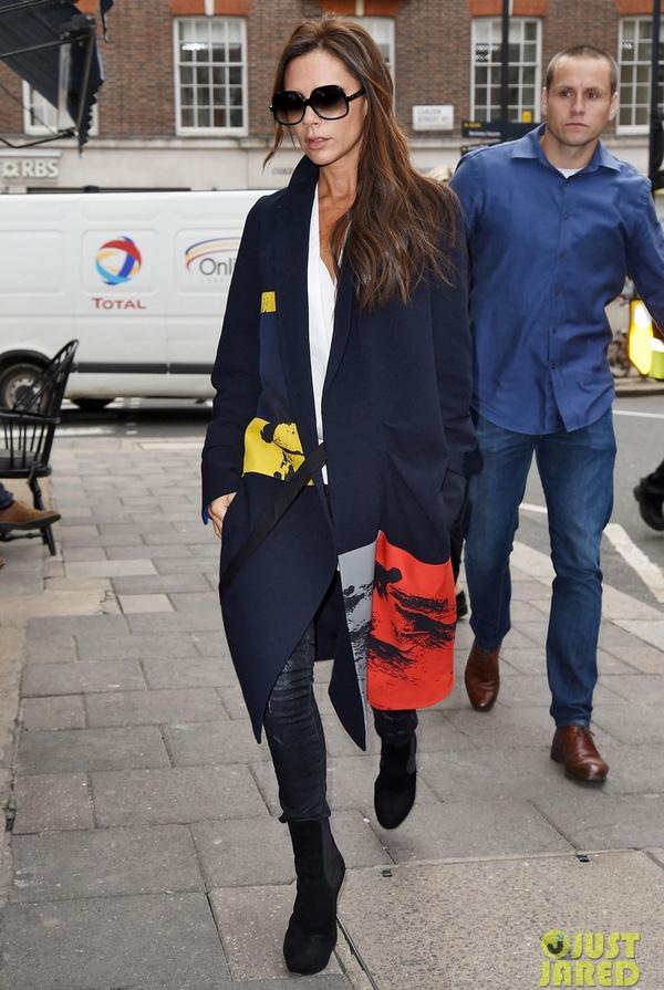 Cách chọn phối trang phục, phụ kiện tinh tế luôn giúp Victoria nổi bật và thu hút. Dù không cỏn diện giày cao nhưng cô vẫn xứng danh là biểu tượng thời trang của Anh quốc.