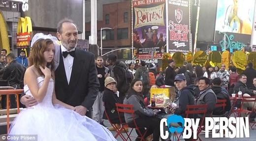 Một ngườiđàn ông 65 tuổi và một bé gái 12 tuổi chụpảnh cưới tại Quảng trường Thời đại.(Ảnh: Daily Mail)