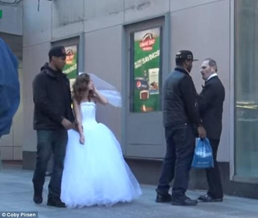 Thậm chí họ còn khống chế ông để dẫn cô bé tới cảnh sát.(Ảnh: Daily Mail)