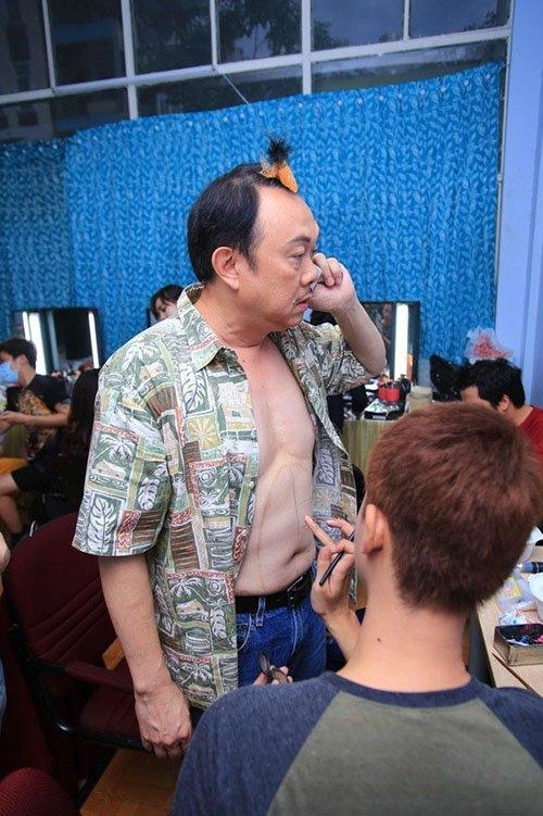 Với thân hình mập mạp, việc danh hài Chí Tài không sở hữu body chuẩn 6 múi là chuyện dễ hiểu. Nghệ sĩ 58 tuổi tranh thủ nghe điện thoại trong khi nhân viên trang điểm đang hóa trang phần bụng để ông ra sân khấu. - Tin sao Viet - Tin tuc sao Viet - Scandal sao Viet - Tin tuc cua Sao - Tin cua Sao