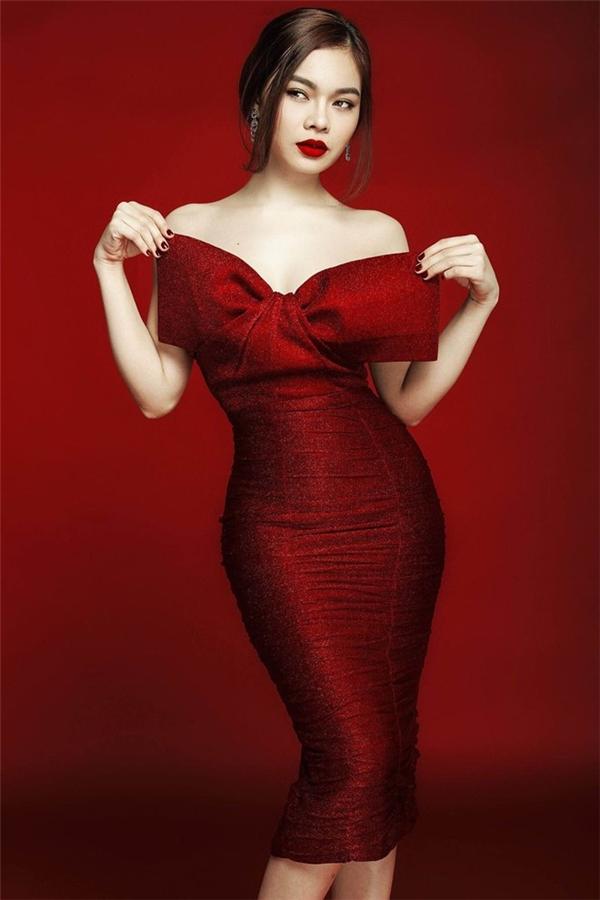 Giang Hồng Ngọc kiêu sa, quyến rũ với màu đỏ rượu sang trọng, bắt mắt. Thiết kế với chất liệu dệt kim càng làm tăng thêm vẻ ngoài bắt mắt cho người mặc. Phần thắt nơ to bản, đơn giản trở thành điểm nhấn trọng tâm, đầy thú vị.