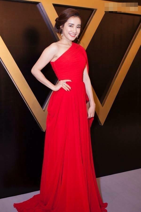Nhã Phương ngọt ngào như thiên thần trên thảm đỏ khi diện bộ váy xòe điệu đà trên nền chất liệu voan mềm mại. Thiết kế với những đường xếp li tạo hiệu ứng thị giác bắt mắt.