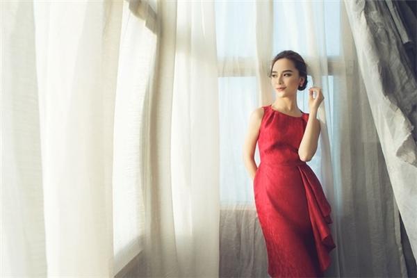 Á hậu Thiên Lý nền nã, kín đáo với sắc đỏ thẫm. Chất liệu gấm mang đến vẻ ngoài sang trọng đến khó thể rời mắt cho người mặc.