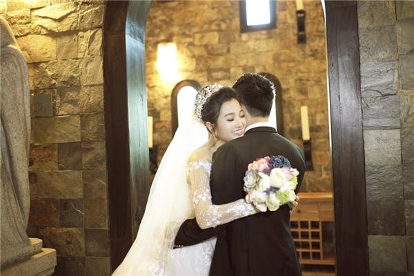 Từng ánh mắt, nụ cười, cử chỉ của Hồng Phượng – Quốc Cơ đều ánh lên niềm hạnh phúc của đôi tình nhân đang đắm say trong tình yêu.