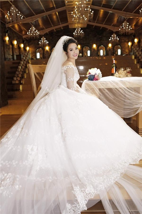 Trang phục cưới được Hồng Phượng chọn lựa là váy dạ hội. Để làm nổi bật sắc trắng của trang phục, Én vàng 2006 chọn chất liệu ren với họa tiết in nổi, đi cùng đó là phụ kiện tóc mang đậm vẻ sang trọng, cổ điển.