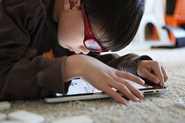 Đọc sách và thường xuyên sử dụng thiết bị di động là nguyên nhân. (Ảnh: Internet)