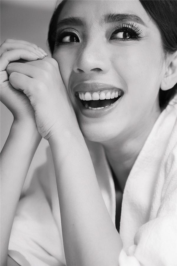 """Nụ cười đúng chất """"hoa hậu hài"""" Thu Trang mà khán giả vẫn thường thấy trong các tiết mục của cô. - Tin sao Viet - Tin tuc sao Viet - Scandal sao Viet - Tin tuc cua Sao - Tin cua Sao"""