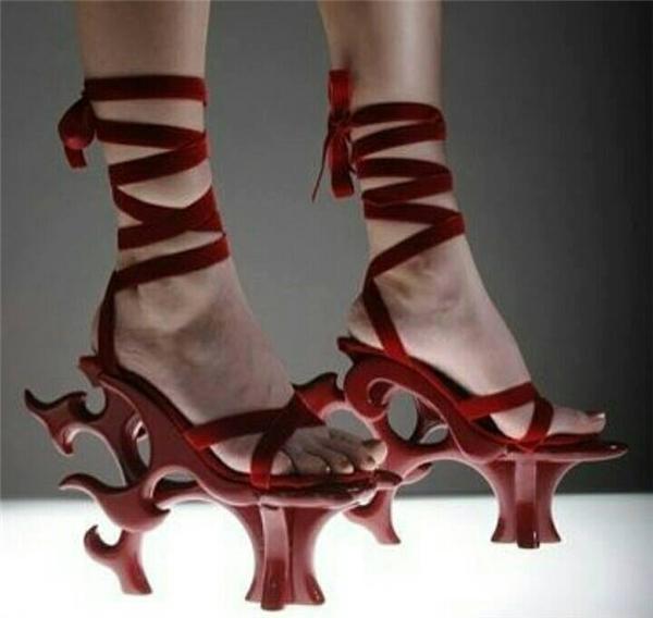 Thiết kế này sử dụng phom giày cung đình xưa của Trung Quốc. Phần đế được cách điệu với những họa tiết chạm trổ công phu.