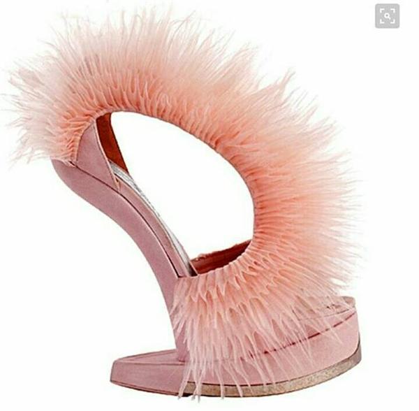 Một thiết kế không đế tiếp theo với độ dốc khá lớn. Tuy nhiên, thay vào dáng giày cong thường thấy, chúng lại có xu hướng dốc thẳng đứng.