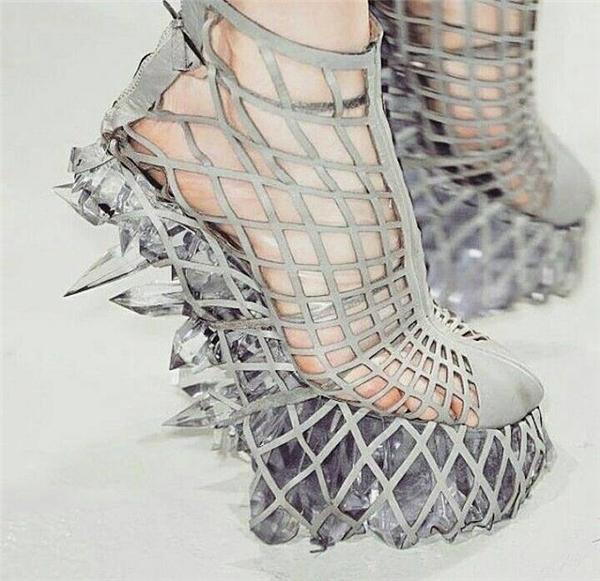 Hãy thử nghĩ nếu đôi giày này vô tình giẫm phải chân bạn sẽ như thế nào?