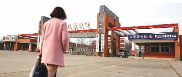 """Hóa ra cô vốn đã thiđậu Học viện kĩ thuật ở Chu Khẩu nhưng lại bị người khác mạo danh, kể cả ước mơ trở thành cô giáo của cô cũng bị """"cướp"""" mất(Nguồn Internet)"""