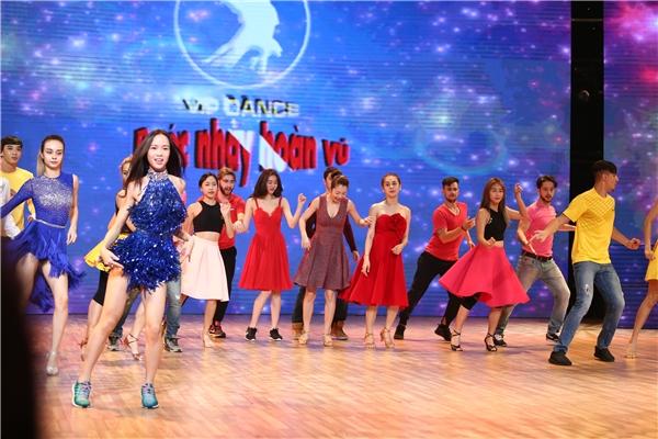Một số hình ảnh biểu diễn của Khả Ngân cùng các thí sinh khác trong tiết mục mở màn đêm Liveshow đầu tiên. - Tin sao Viet - Tin tuc sao Viet - Scandal sao Viet - Tin tuc cua Sao - Tin cua Sao