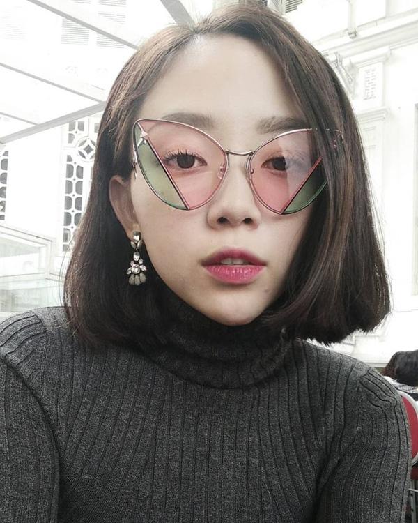 Chiếc kính của Tóc Tiên gây ấn tượng khi kết hợp hai tông màu.