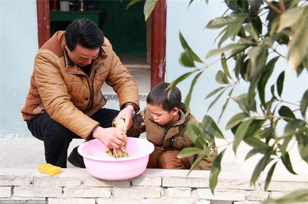 ...ông còn nấu cơm trưa vàchăm sóc choLí Kiện Khang. Bởi vì nhà của em học sinh này khá xa, để tiện cho việc học, buổi trưa em không về nhà, mà ăn cơm tại trường. (Nguồn Internet)