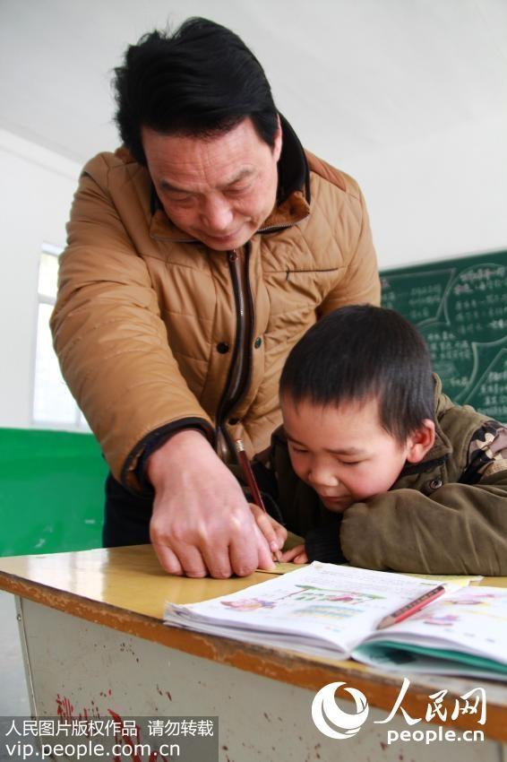 \ Thầy giáo Lưu Triệu Minh, 58 tuổi, đã dạy học ở đây được 38 năm, ngoài giờ giảng dạy...