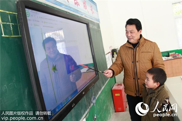 Thầy Lưu nói, tuy rằng chỉ có một học sinh nhưng kí túc xá, máy vi tính, dây cáp mạng… các đồ dùng cần thiếtđều được trang bị khá đầy đủ.(Nguồn Internet)