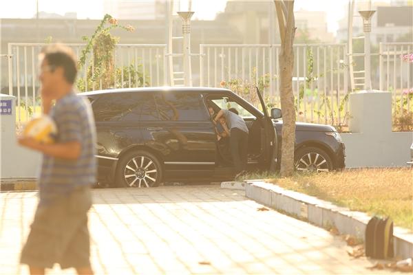 Cường Đô La ân cần đưa Subeo vào trong xe hơi. - Tin sao Viet - Tin tuc sao Viet - Scandal sao Viet - Tin tuc cua Sao - Tin cua Sao