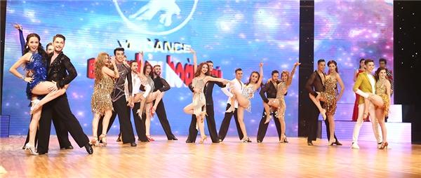 Các thí sinh trong phần nhảy mở màn sôi động, vui tươi. Sau phần trình diễn của từng cặp thi đấu, 4 giám khảo lần lượt hòa vào điệu nhảy cùng các thí sinh. - Tin sao Viet - Tin tuc sao Viet - Scandal sao Viet - Tin tuc cua Sao - Tin cua Sao