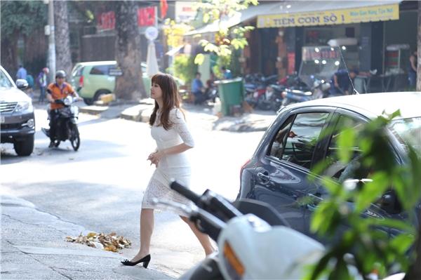 Nữ diễn viên rạng ngời bước ra từ xe ô tô. - Tin sao Viet - Tin tuc sao Viet - Scandal sao Viet - Tin tuc cua Sao - Tin cua Sao
