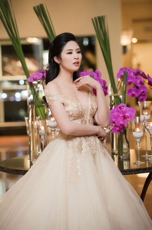 Với thiết kế tinh tế, bộ trang phục đã tôn lên đường nét gợi cảm của Hoa hậu. - Tin sao Viet - Tin tuc sao Viet - Scandal sao Viet - Tin tuc cua Sao - Tin cua Sao