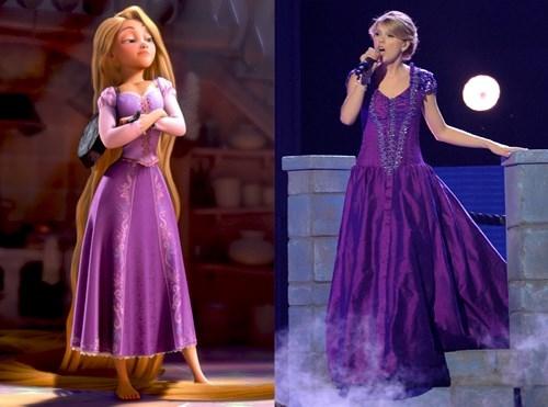 Trên sân khấu biểu diễn, Taylor Swift từng khiến khán giả, người hâm mộ thích thú khi mang đến hình ảnh tựa như công chúa tóc mây. Nữ ca sĩ diện bộ váy màu tím sậm với những họa tiết, đường cắt không khác mấy với hình ảnh của công chúa Disney.