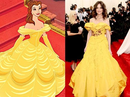 Bộ váy mà Katie Holmes diện trên thảm đỏ Met Gala 2014 có cấu trúc giống đến 90% chiếc váy vàng huyền thoại của Belle.