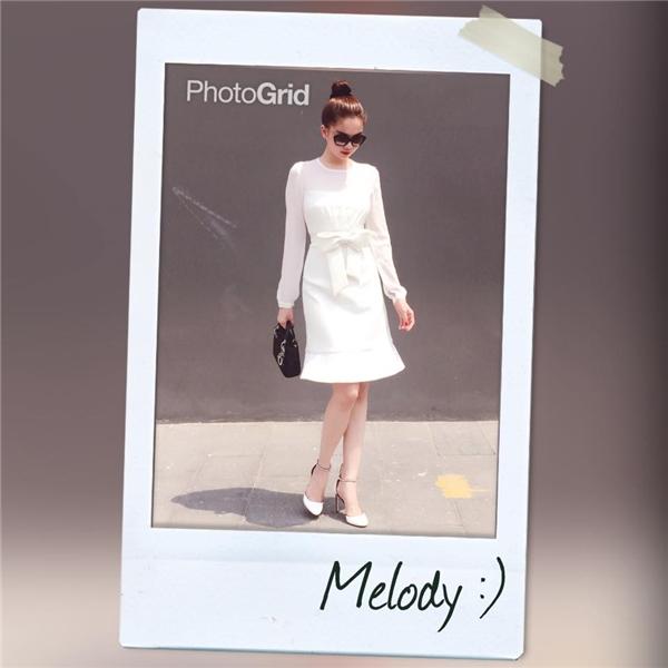 Ngọc Trinh thanh lịch, sang trọng khi diện chiếc đầm trắng nhẹ nhàng, mềm mại. Thiết kế được nhấn nhá bằng những chi tiết tinh tế, hòa hợp với tổng thể.
