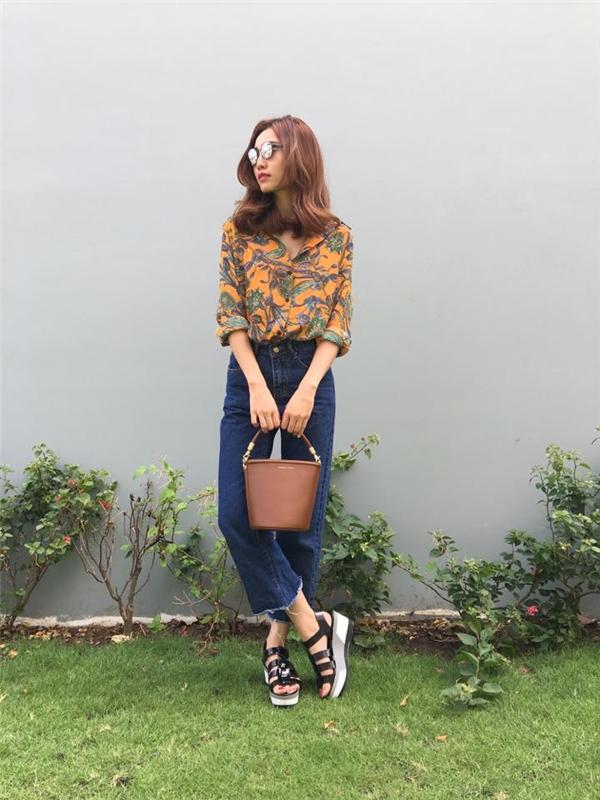 Ninh Dương Lan Ngọc mang đến màu sắc cổ điển, tao nhã qua những item quen thuộc: sơ mi, quần jeans baggy, sandal đế bánh mì.