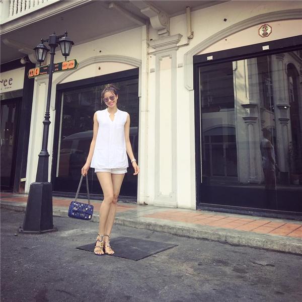 Phạm Hương khoe khéo đôi chân thon, dài trong dáng áo rộng phối cùng quần jeans ngắn cũn bên trong. Hoa hậu Hoàn vũ Việt Nam 2015 là một trong những mĩ nhân có gu thời trang ổn định và tinh tế nhất.