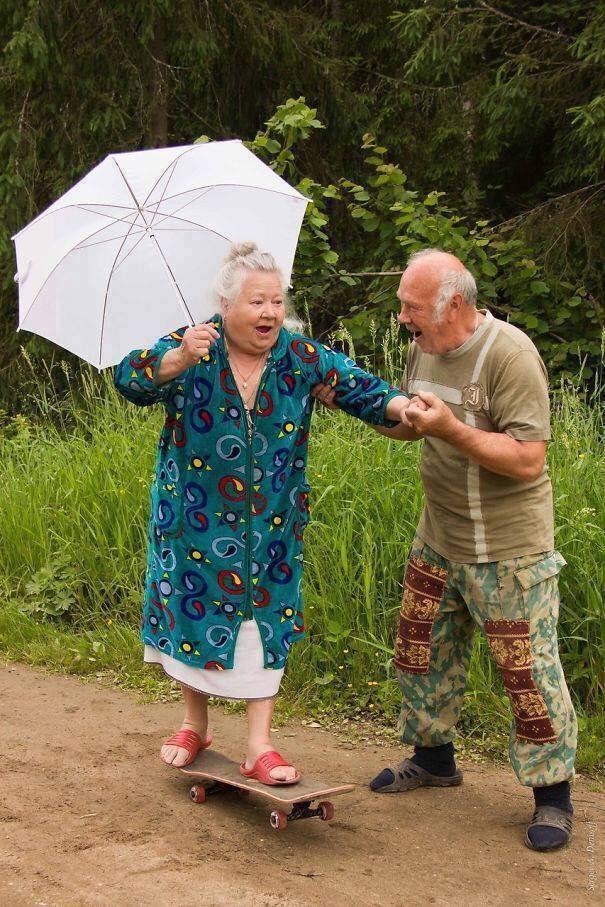 Nụ cười hạnh phúc khi cụ ông dìu cụ bà chơi trò trượt ván. (Ảnh: Internet)