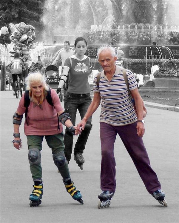 Khi tóc nhuốmbạc vẫn có người nắm tay ta... trượt patin trên phố thì còn gì tuyệt vời hơn.(Ảnh: Internet)