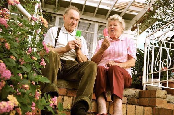 """""""Ông ăn kem xanh, tôi ăn kem hồng cho nó tông xuyệt tông vớiquần áo mình ông ạ"""".(Ảnh: Internet)"""