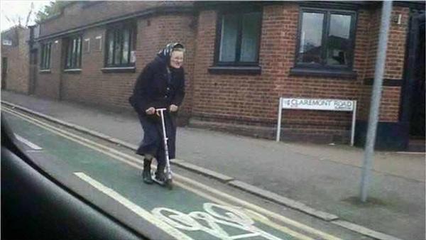 """Dù cụ bà đã đeo kính lão, trùm khăn mỏ quạ nhưng vẫn cực """"chất"""" khi phóng xe trượt trên đường như thanh niên. (Ảnh: Internet)"""