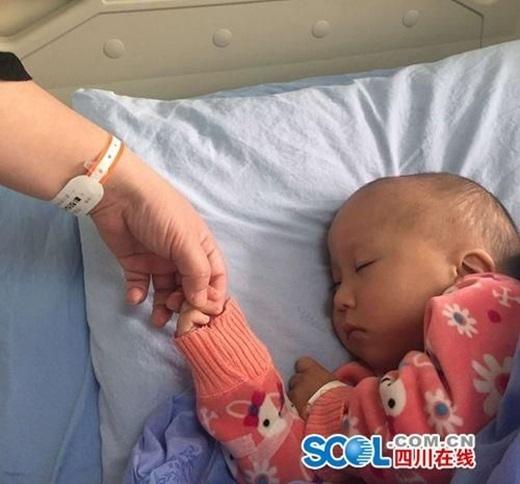 Bé Tiểu Tư đang chờ từng ngày để đượcphẫu thuậtghép gan (Nguồn Internet)