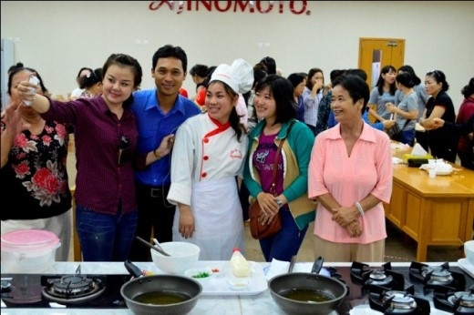 Khách tham quan giao lưu cùng đầu bếp trong tour tham quan của Ajinomoto Việt Nam.