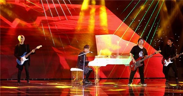 Có thể thấy nam ca sĩ đã đầu tư rất nhiều vào tiết mục khi đem hẳn một cây đại dương cầm lên sân khấu. - Tin sao Viet - Tin tuc sao Viet - Scandal sao Viet - Tin tuc cua Sao - Tin cua Sao