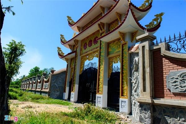 Nhà thờ Tổ của Hoài Linh được xây dựng theo phong cách nhà thờ xưa của miền Bắc. Công trình được khởi công vào năm 2014 với diện tích trên 7.000 m2. - Tin sao Viet - Tin tuc sao Viet - Scandal sao Viet - Tin tuc cua Sao - Tin cua Sao