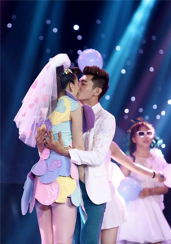 Cặp đôi không ngần ngại khóa môi nhau trên sân khấu - Tin sao Viet - Tin tuc sao Viet - Scandal sao Viet - Tin tuc cua Sao - Tin cua Sao