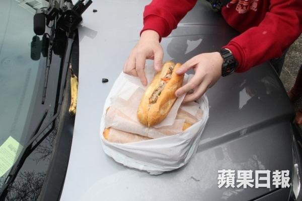 Câu Vân Tuệ phục vụ đồ ăn nhẹ là món bánh mì của Việt Namcho ký giả