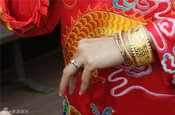 Chiếc nhẫn cưới bằngkim cương của cô cũng thiết kếcực kìđơn giản