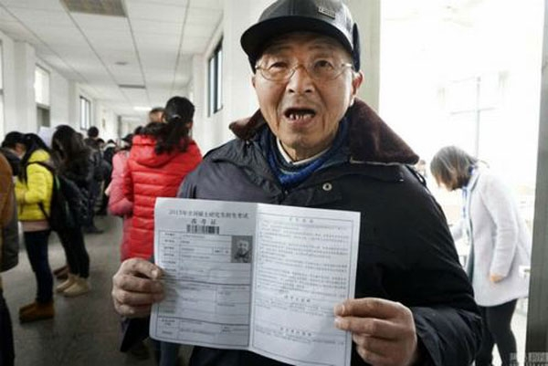Tân cử nhân 73 tuổi hạnh phúc với nỗ lực học tậpcủa mình.(Ảnh: Internet)