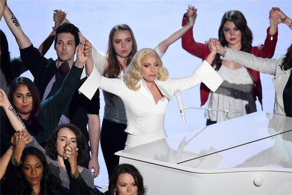 Mọi người cùng nắm tay nhau khi bài hát kết thúc. (Ảnh: Internet)
