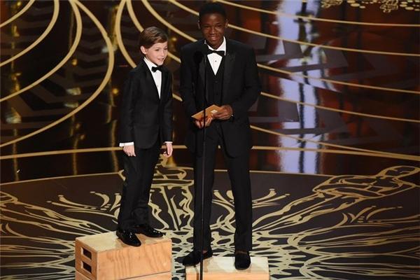 Jacob phải đứng lên bục cao để phát biểu. (Ảnh: Internet)
