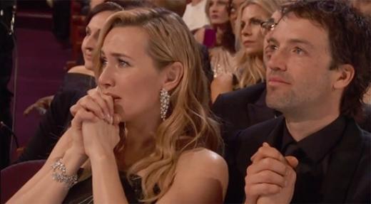 Kate Winslet ngồi dưới khán đài khóc vì Leo. (Ảnh: Internet)