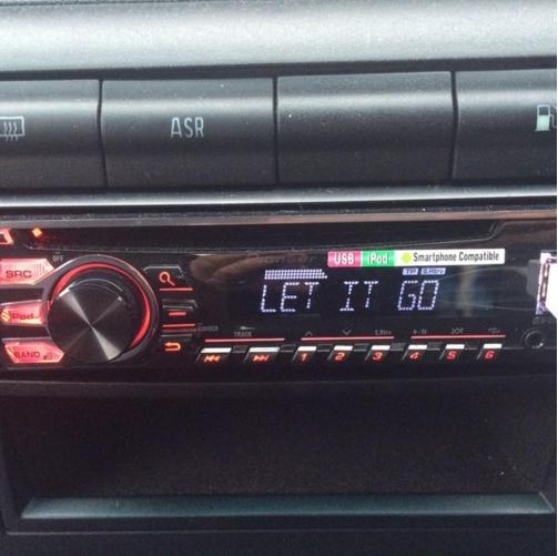 """9. Đài trong xe ô tô sẽ chỉ bật bài """"Let It Go."""""""