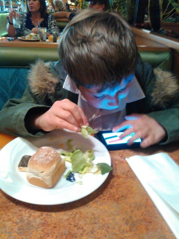 22. Khi con vừa ăn vừa cắm cúi nghịch điện thoại.