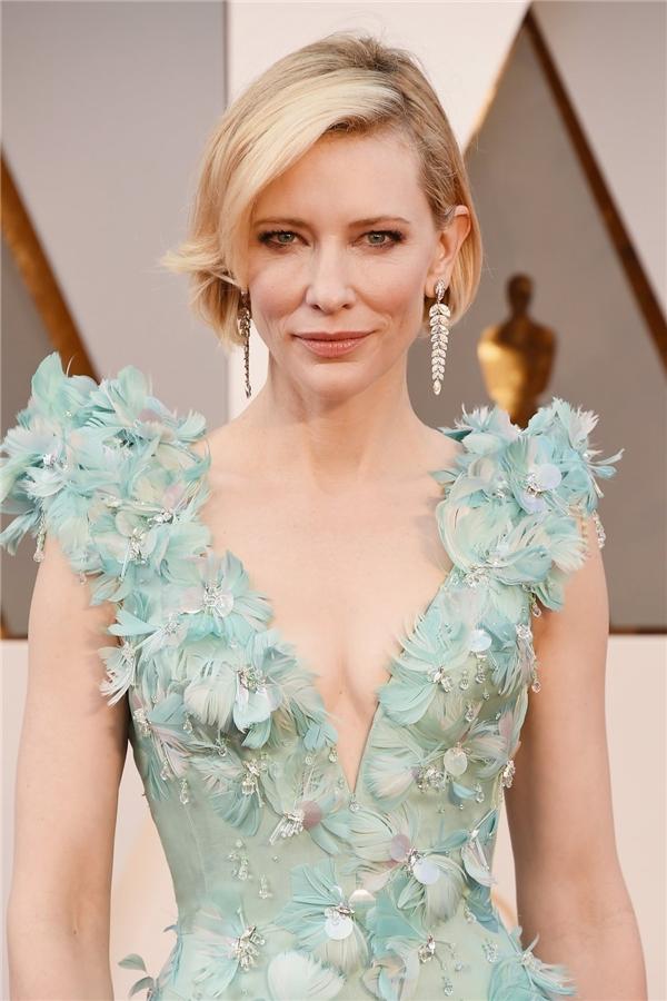 Những đường nét góc cạnh trên khuôn mặt của Cate Blanchett được phô diễn trọn vẹn với lớp nền trong veo, màu môi cam đất trẻ trung.