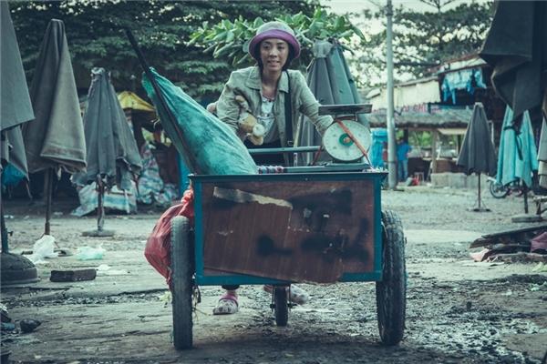 Thu Trang vai mẹ Mưa – một người phụ nữ bị thiểu năng tốt bụng, luôn dành tình yêu thương lớn lao nhất dành cho con gái nhỏ.